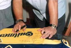 Diego le firma la camiseta